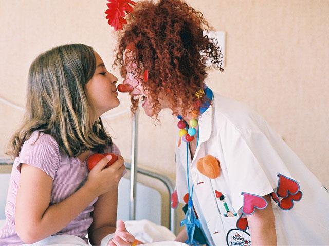 Más de 260.000 niños se han reído en los hospitales gracias a la Fundación Theodora