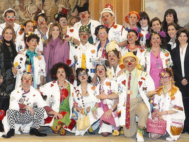 La Princesa Letizia recibe en el Palacio de la Zarzuela a los Doctores Sonrisa de la Fundación Theodora