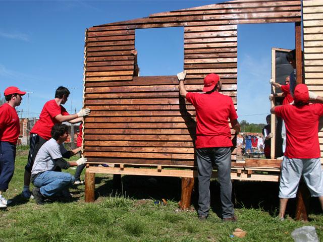 La inversión social del Grupo Santander y BBVA: Tensión global y local
