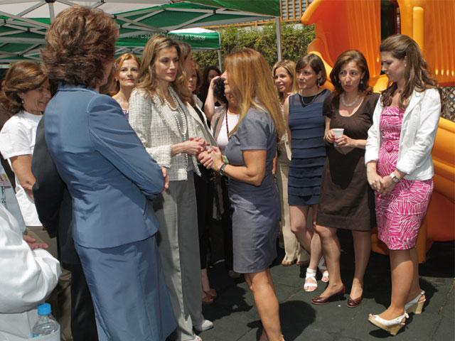 Doña Letizia visita a los miembros de la Asociación Española Contra el Cáncer, enfermos y familiares