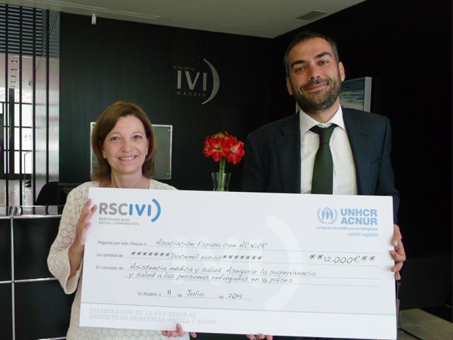 IVI entrega un cheque a Acnur para garantizar 18.000 partos seguros