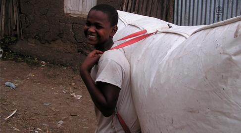 Mochilas infladas para distribuir energía en las zonas pobres