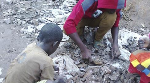 Amnistía Internacional denuncia trabajo infantil tras las baterías de 'smartphones' y coches eléctricos