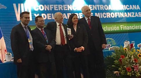 El presidente del Patronato de la FMBBVA recibe el Galardón a la Excelencia en Microfinanzas