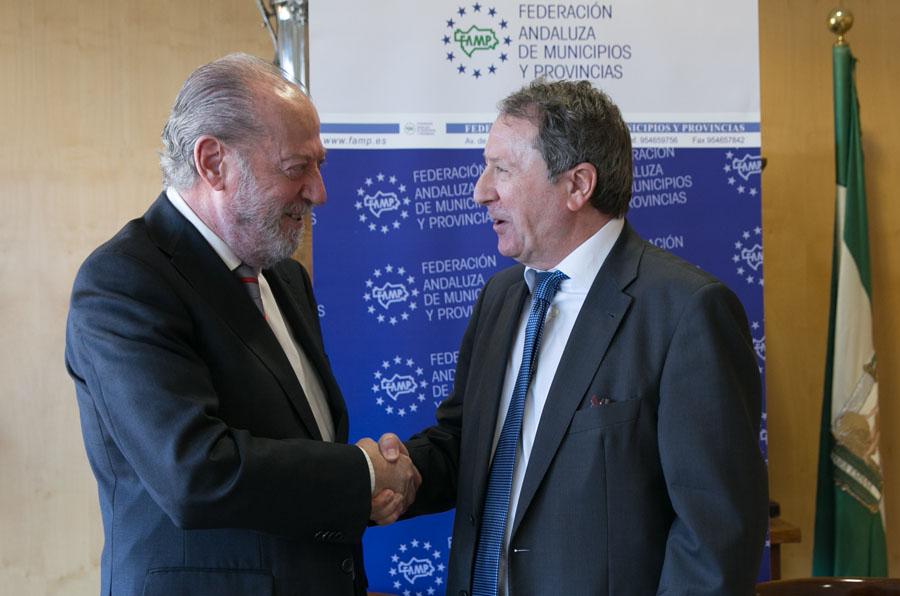 <p>Fernando Rodríguez Villalobos, presidente de la Federación Andaluza de Municipios y Provincias (FAMP), y Juan B. Cano Bueso, presidente del Consejo Consultivo de Andalucía, durante la firma del acuerdo.</p>
