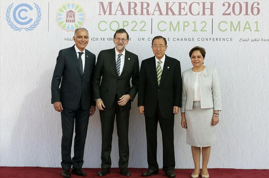 <p>El presidente del Gobierno, Mariano Rajoy, posa junto al ministro de Exteriores marroquí, Salahedine Mezouar, el secretario general de la ONU, Ban Ki-moon, y la secretaria ejecutiva de la Convención Marco de Naciones Unidas sobre Cambio Climático, la diplomática mexicana Patricia Espinosa. EFE/Mariscal</p>