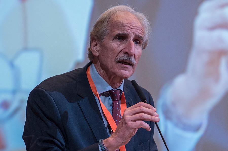<p>Carmelo Angulo, presidente de Unicef Comité Español, dirigiéndose a los 115 municipios presentes en Santander para la ceremonia de entrega de sellos CAI y Buenas Prácticas.</p>