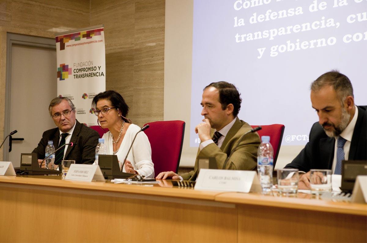<p>Fernando Díez Estella, moderó lamesa donde participaron: Javier Martín Cavanna, director de FCyT;Begoña Morales, directora de Sostenibilidad de Indra, y Carlos Balmisa, director del departamento de Control Interno en CNMC.</p>