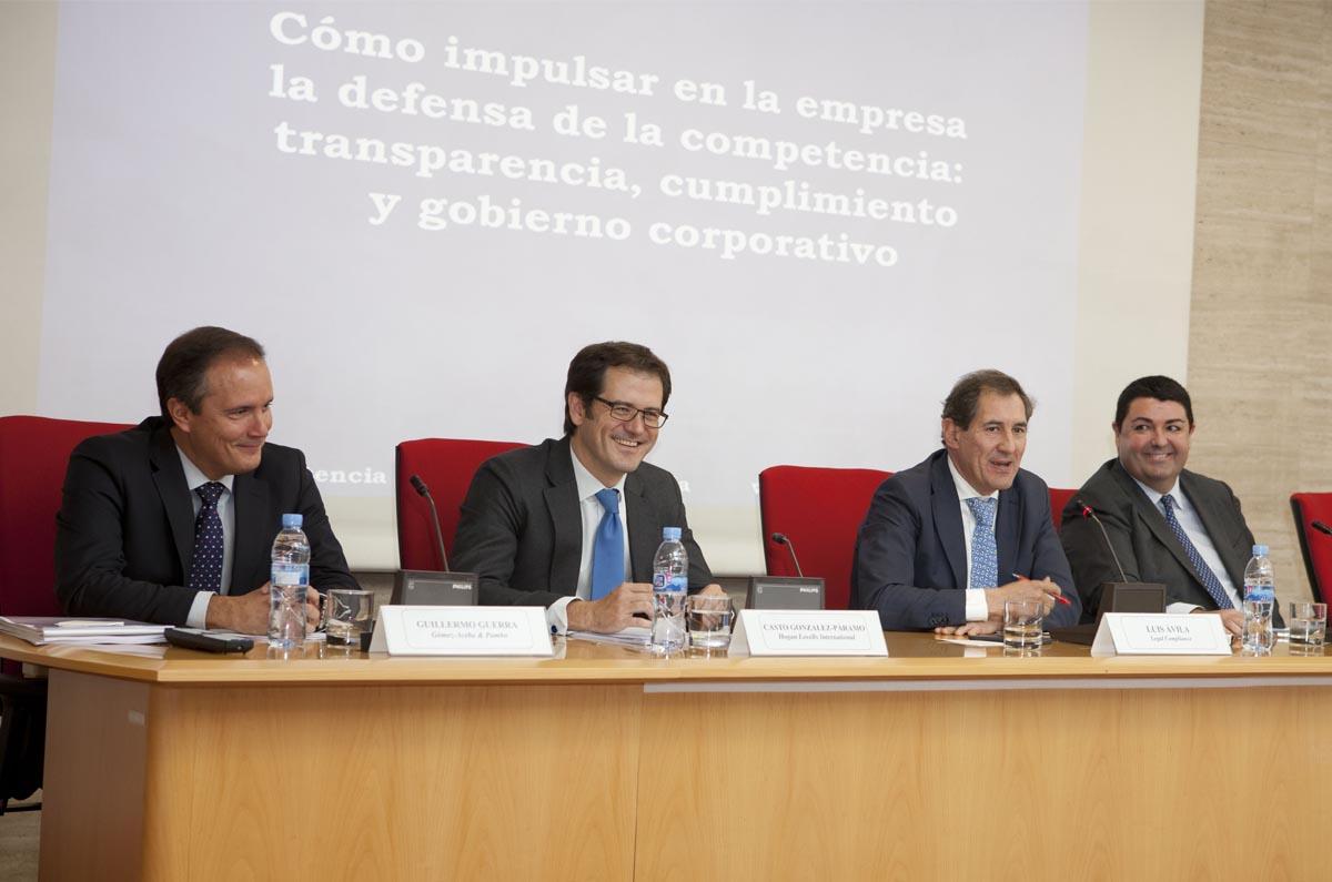 <p>Luis Ávila moderó la mesa donde intervinieron: Guillermo Guerra, socio de Gómez-Acebo & Pombo; Casto Gonzalez-Páramo, responsable del Área de Competencia de Hogan Lovells, y Antonio Guerra Fernández, socio de Uría Menéndez.</p>