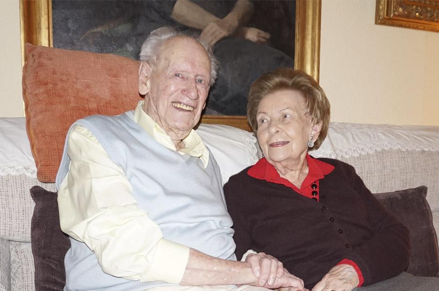 <p>Eduardo Berzosa, junto a su mujer Carmen, atendiendo en su casa a Compromiso Empresarial.</p>
