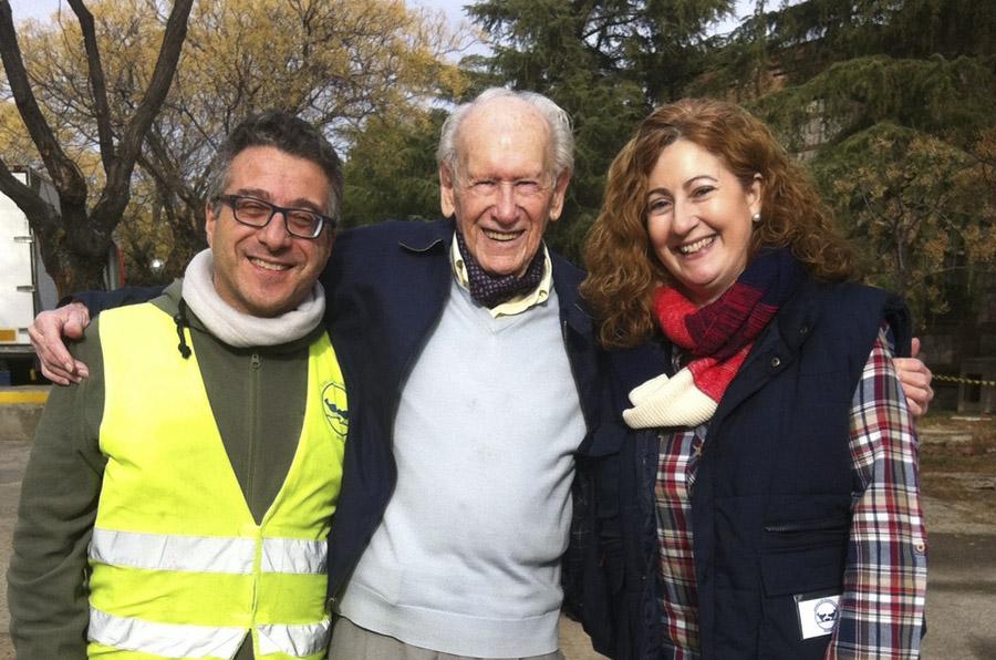 <p>Rafa Pavón y Menchi Ruiz acompañan a Eduardo Berzosa en el homenaje que le rindió el Banco de Alimentos de Madrid el pasado mes de abril.</p>