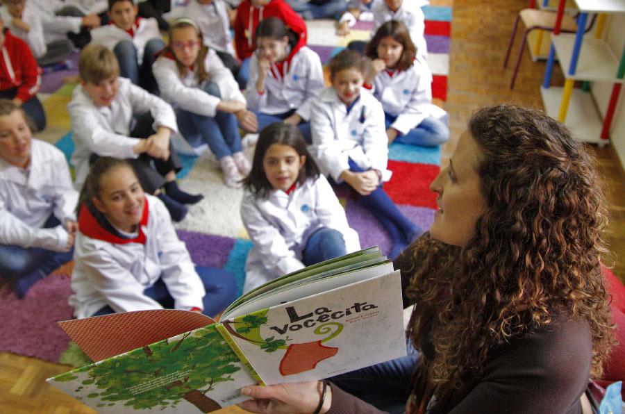 <p>La directora del Colegio Trilema Sagrado Corazón de Soria, Marta Martín, con los niños durante el Plan Lector de la Fundación Trilema.</p>