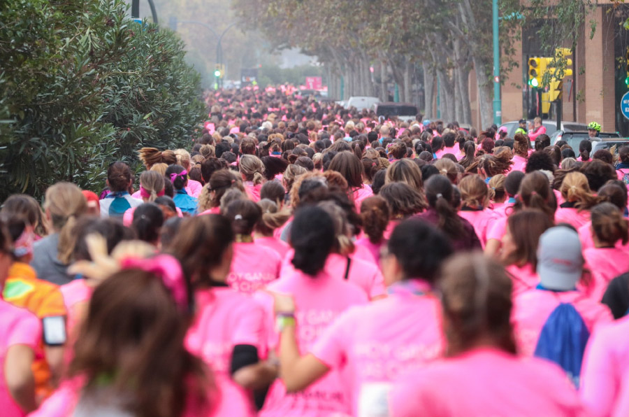<p>Las calles de ocho ciudades españolas se tiñen cada año de rosa para celebrar la 'Carrera de la Mujer'.</p>