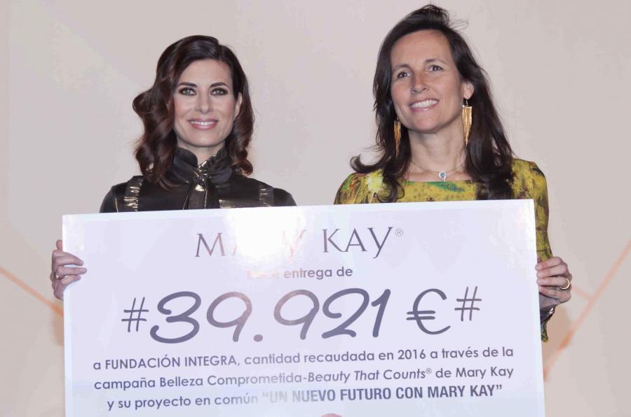 <p>Gema Aznar, directora general de Mary Kay España, hace entrega del cheque a Ana Muñoz de Dios, directora general de Fundación Integra.</p>
