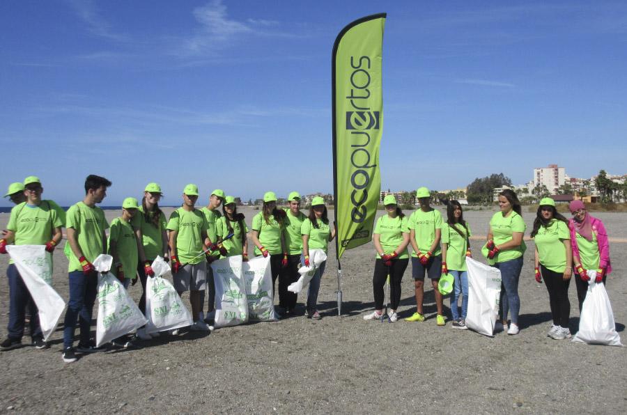 <p>El programa 'Apadrinamiento de playas' está orientado a centros escolares. Foto: Ecopuertos.</p>