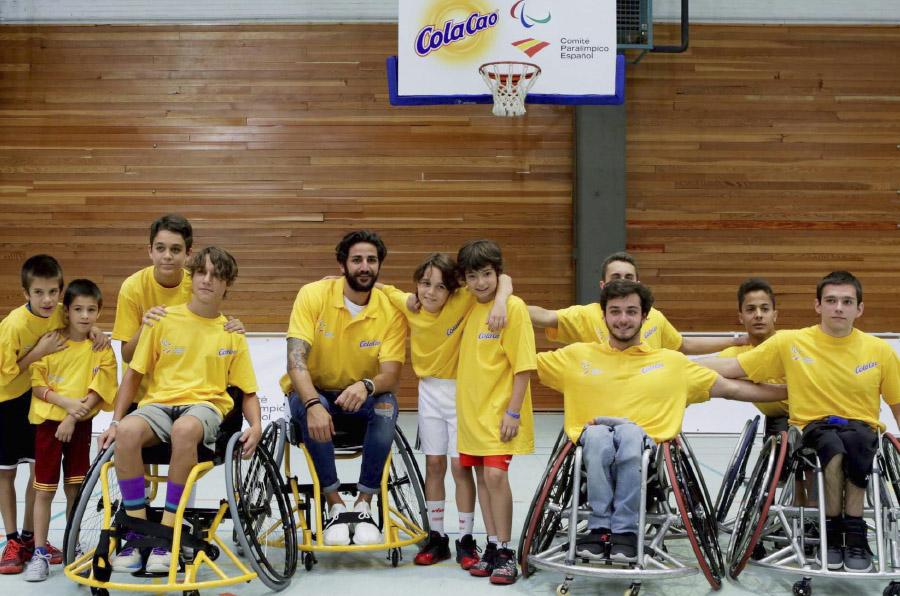 <p>El acuerdo entre Cola Cao y el Comité Paralímpico Español se firmó en un acto donde se disputó un partido de baloncesto inclusivo entre Daniel Stix y Ricky Rubio, -sentado en silla de ruedas-, junto con otros niños. </p>