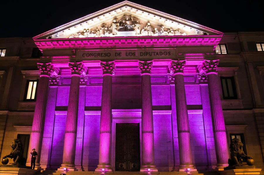 <p>El Congreso de los Diputados ilumina su fachada de rosa en el Día Internacional de la Niña.</p>