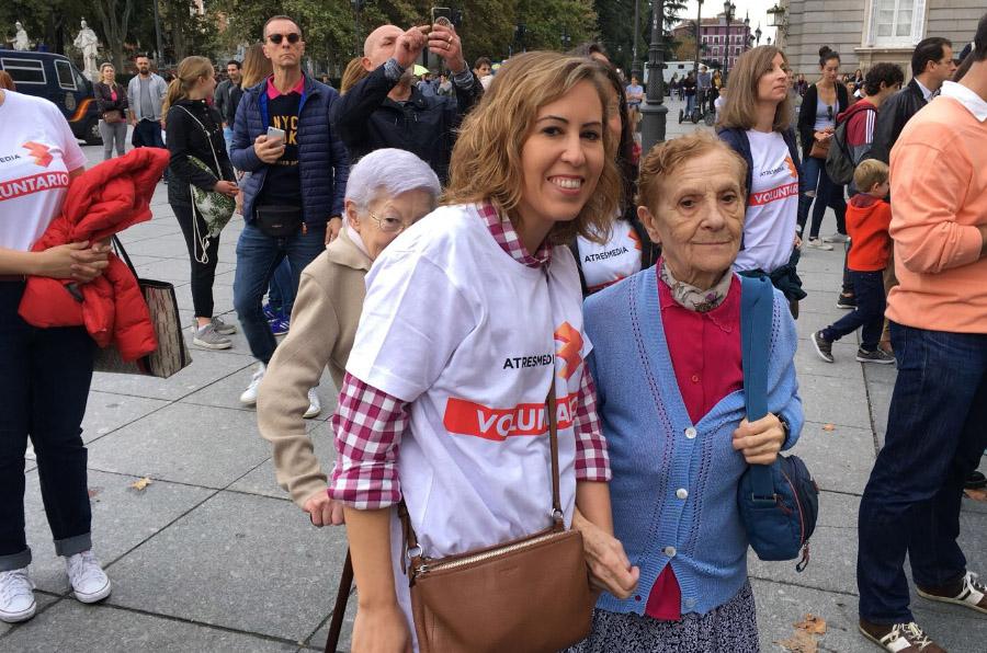 <p>Voluntarios de Atresmedia acompañaron a personas mayores a visitar el Palacio Real (Madrid).</p>
