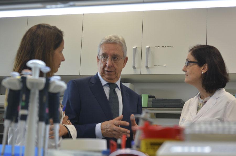 <p>Josep Miquel Abad, director general de El Corte Inglés Cataluña, visita el proyecto de investigación que dirige la Dra. Violeta Serra.</p>