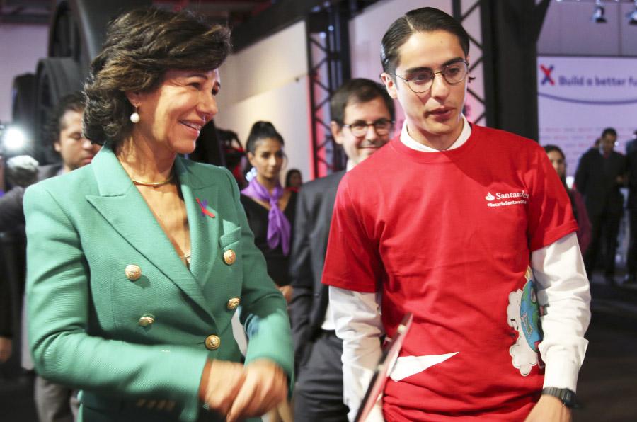 <p>La presidenta de Banco Santander, Ana Botín, con un emprendedor durante la presentación de Santander X.</p>