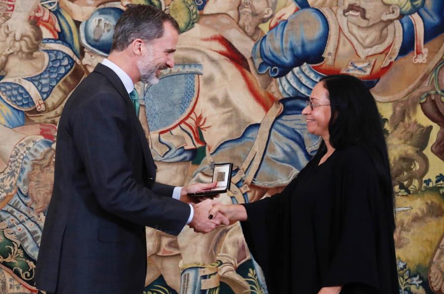 <p>Su Majestad el Rey hace entrega a Ruth Consuelo Chaparro del galardón que le acredita como ganadora del Premio Bartolomé de las Casas, en su edición de 2015.</p>