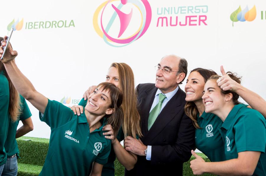<p>Ignacio Galán, presidente de Iberdrola, con las embajadoras del programa 'Universo Mujer'. </p>