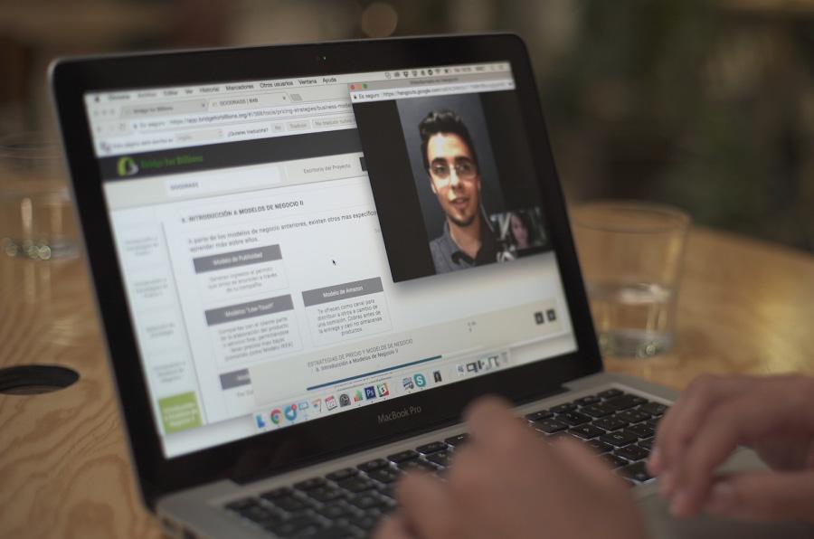 <p>Bridge for Billions es una incubadora online que ofrece formación para emprendedores.</p>