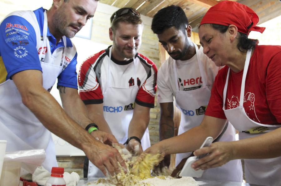 <p>Pilotos del Dakar participan en un curso de panadería organizado por Techo.</p>