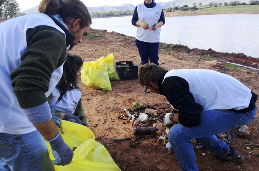 Toallitas, latas de bebida y colillas, los residuos que más se abandonan en el campo