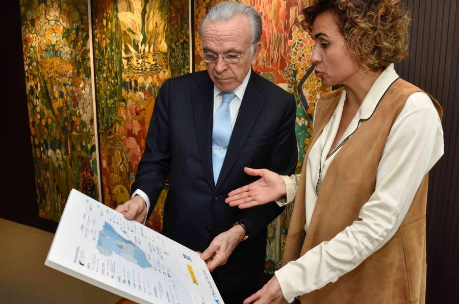 """<p>El presidente de la Fundación Bancaria """"la Caixa"""", Isidro Fainé, y la ministra de Sanidad, Servicios Sociales e Igualdad, Dolors Montserrat, durante la firma del convenio.</p>"""