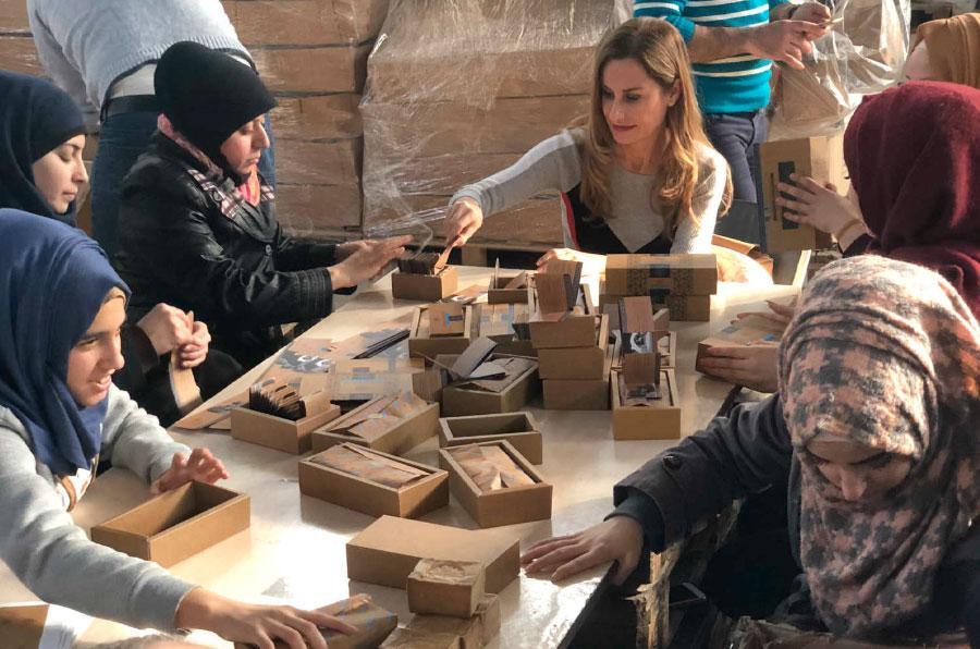 <p>Letizia Buzón en la primera planta de jabón de Alepo que lleva su nombre junto a trabajadoras refugiadas.</p>