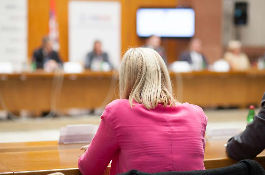 Más mujeres en los parlamentos, menos corrupción