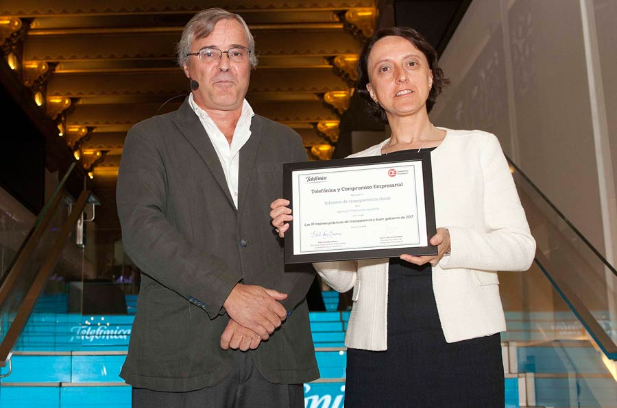 <p>Javier Martín Cavanna, Compromiso Empresarial, y Rosa María Prieto, directora del Servicio de Planificación y Relaciones Institucionales de la Agencia Estatal de Administración Tributaria</p>