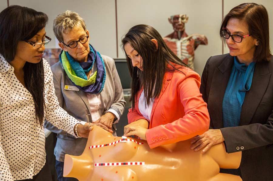 <p>Las formadoras de AET se instruyeron en Alemania con el modelo de Discovering Hands. Foto: CAF.</p>