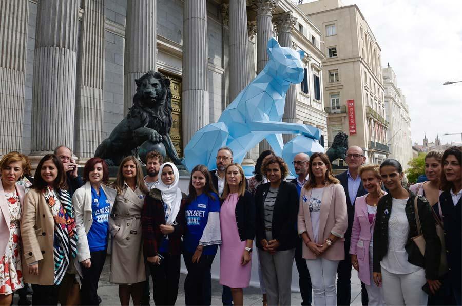Plan Internacional coloca una leona en el Congreso para reclamar igualdad para las niñas