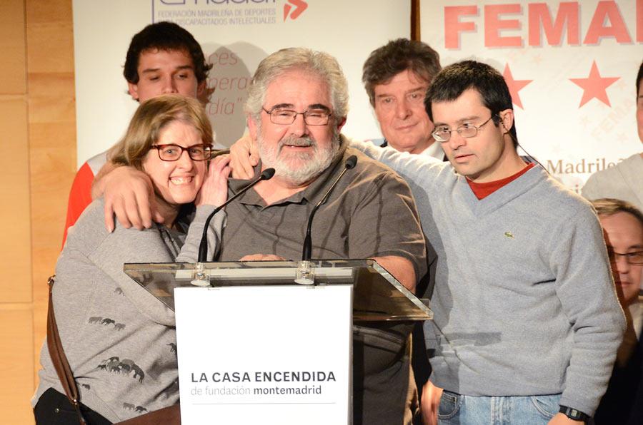<p>Ángel Prats, presidente de Adil, junto a algunos deportistas.</p>