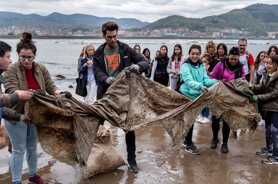 <p>El modelo y actor Jon Kortajarena se une a la lucha contra el plástico.</p>