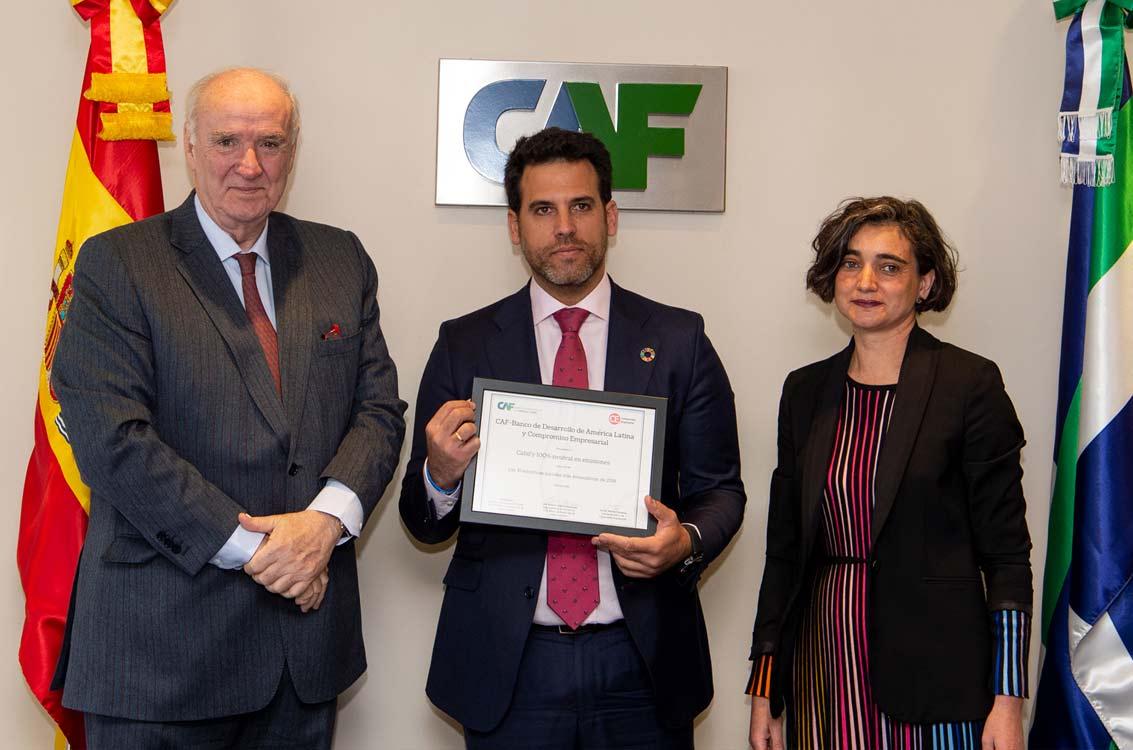 <p>José Antonio García Belaunde, representante de CAF en Europa; David Pérez, Global VP of CSR de Cabify, y María López Escorial, presidenta de Fundación Compromiso y Transparencia, entidad editora de 'Compromiso Empresarial'.</p>