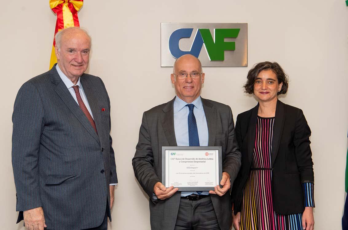 <p>José Antonio García Belaunde, representante de CAF en Europa; Juan Miguel Márquez, director de Cooperación Internacional de ICEX, y María López Escorial, presidenta de Fundación Haz, entidad editora de 'Revista Haz'.</p>