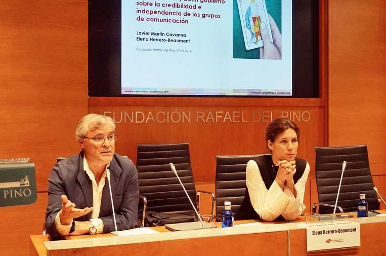 <p>Javier Martín Cavanna, director de la Fundación Compromiso y Transparencia, y Elena Herrero-Beaumont, periodista y doctoranda en Derecho Constitucional, autores del informe 'Primera plana'.</p>