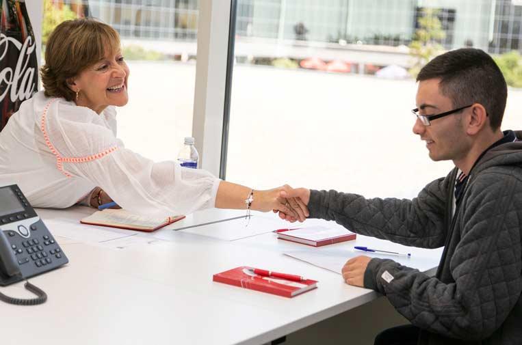 Coca-Cola prepara a jóvenes vulnerables para entrevistas de empleo con 'speed dating'