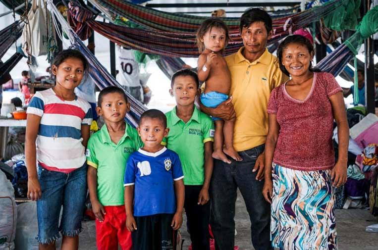 <p>Euligio Báez, un líder warao de Venezuela, posa con su familia en Boa Vista, Brasil. ©ACNUR</p>