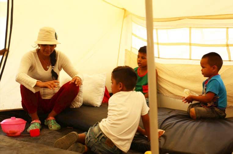 <p>La solicitante de asilo venezolana Darlys y sus hijos dentro de su tienda de campaña en el recién establecido Centro de Asistencia Integral en Maicao, Colombia.  ©ACNUR/Jorge Daniel Berdugo Siosi</p>
