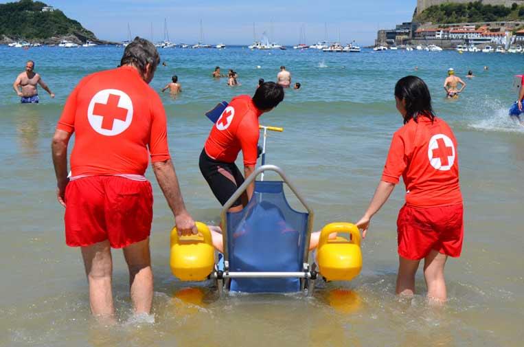 Cruz Roja ofrece baño adaptado a personas con movilidad reducida en 60 playas de España