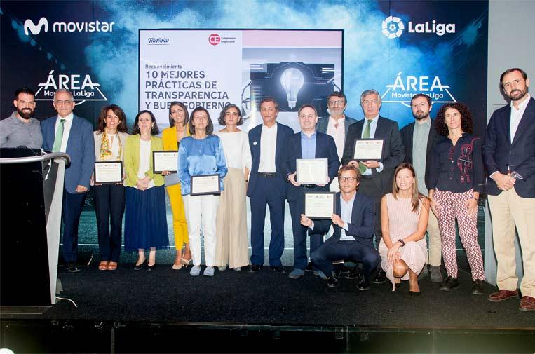 <p>Foto de familia de los premiados de 'Las 10 mejores prácticas de transparencia y buen gobierno 2018'.</p>