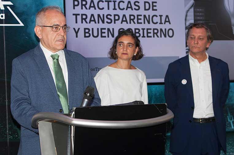 <p>Daniel Cerdán, comisionado de Transparencia de Canarias, junto a María López Escorial, presidenta de la Fundación Compromiso y Transparencia, y Eduardo Puig de la Bellacasa, director de Reputación, Propósito y Valores de Telefónica.</p>