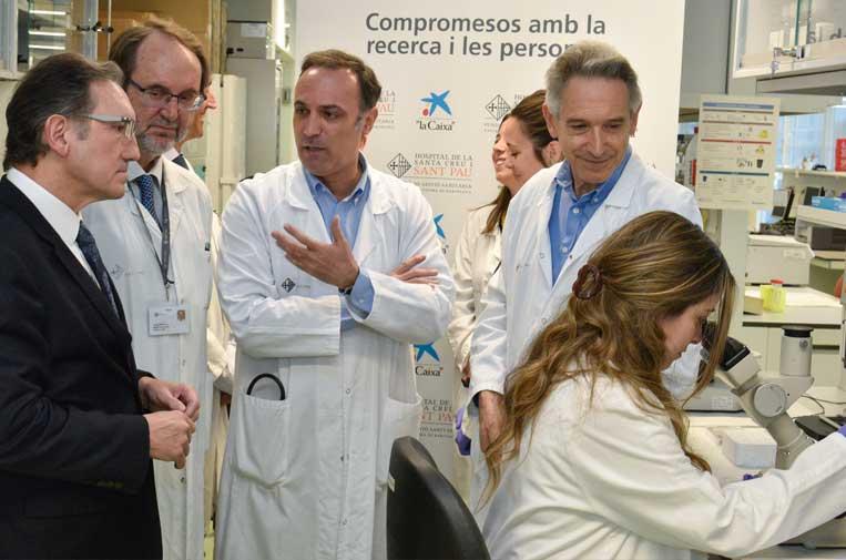 """<p>Javier Briones, jefe clínico del Servicio de Hematología del Hospital de Sant Pau (en el centro de la imagen), y Jaume Giró, director general de la Fundación Bancaria """"la Caixa"""". Foto: """"La Caixa"""".</p>"""