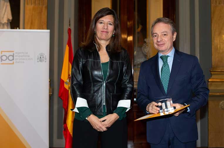 <p>Mar España, directora de la AEPD, junto al director general de la Fundación Mutua Madrileña, Lorenzo Cooklin, durante la entrega de Premios de Protección de Datos 2019.</p>