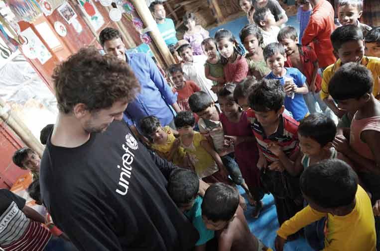 <p>Pau Gasol en su visita a los niños rohingya y sus familias en los campamentos de refugiados de Bangladesh. ©Unicef Comité Español/2018/Bosch</p>
