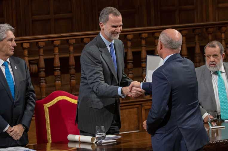 <p>Su Majestad el Rey entregando el VIII Premio de Derechos Humanos Rey de España</p>